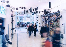 All Over <br> 2000<br> <br> Installation in einer Einkaufspassage<br> 400 Isolierschläuche 15 bis 50 cm, Durchmesser 15 cm<br> 400 Acrylglasscheiben, Durchmesser 9 cm<br> Sophienhof Kiel<br><br>   Installation in a shopping mall<br> 400 insulation tubes 6 to 20 inch, diameter 6 inch<br> 400 acrylic glass, diameter 3,5 inch<br> Sophienhof Kiel<br>