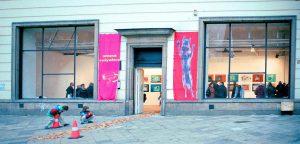 Flaggen <br> 2000<br><br> Spezialgewebe<br> je 350 x 100 cm <br> XX1 Galerie Warschau <br> <br> <font color=808080> Special fabrics <br> each 138 x 39 inch <br> XX1 Gallery Warsaw </font>