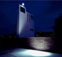Hiddenbrooke <br> 2006<br><br> Weiß verputzte Holzfassade<br> 8 x 5 m,<br> Suchscheinwerfer, programmierte Lichtfahrt,<br> rote Gartenmauer 1,65 x 0,25 m,<br> ummauerte Grundfläche 5 x 25 m,<br> 100 m² Kunstrasen, 25 m² Kiesfläche, 50 Sansevirien <br> <br> Bahnhofsgelände Wiesbaden<br> <br> <br> <font color=#808080>Color Whitewashed wooden façade,<br> 8 x 5 m, <br> computer-controlled searchlight,<br> red garden wall, 1,65 x 0,25 m, <br> walled area 5 x 25 m,<br> 100 m² artificial lawn,  25 m² gravel, <br> 50 sansevierias<br><br> Railway-yard Wiesbaden