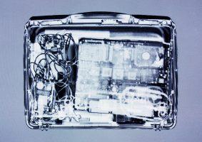 Laptopkoffer Grau <br> 1999<br><br> C-Print, 60 x 85 cm