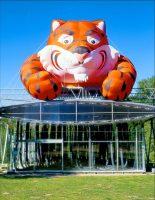 Tiger <br> 1999<br><br> ESSO-Tiger, luftgefüllter Werbeträger<br> 750 x 400 x 600 cm <br> 120 Isolierschläuche <br> 600 x 15 x 15 cm <br> Wewerka-Pavillon Münster <br> <br> <font color=808080> ESSO-Tiger, advertising inflatable <br> 295 x 157x  236 inch <br> 120 insulating tubes <br> 236 x 6 x 6 inch <br> Wewerka-Pavilion Münster </font>